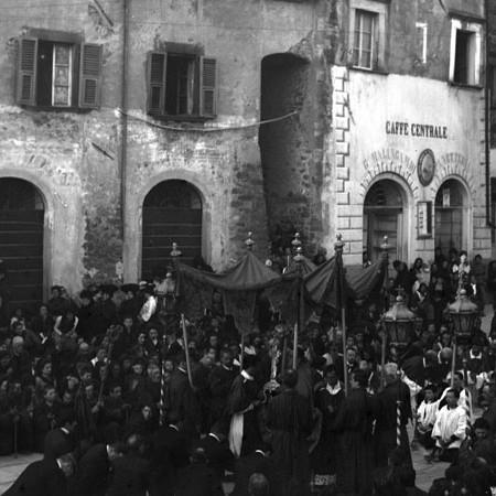 Fedeli che sfilano in processione, Bagnone