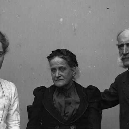 Madre e zio del fotografo con Carlotta 1902
