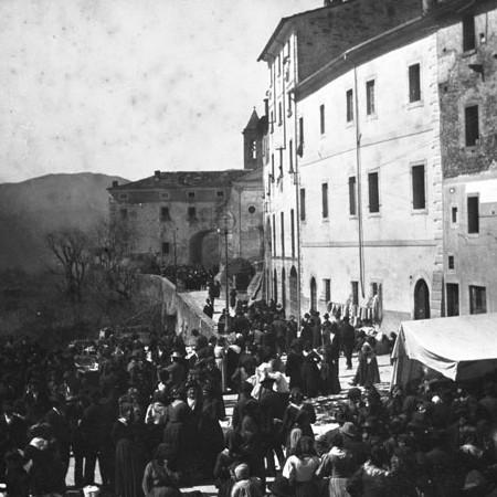 Piazza Roma, Bagnone affollata 1905